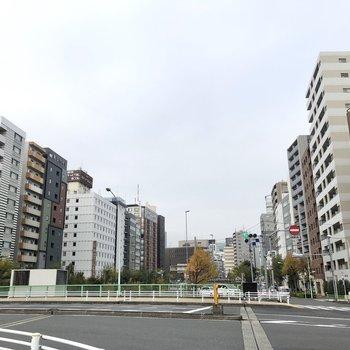 新富町駅前の様子。