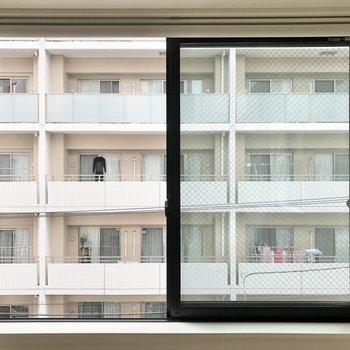 ロールスクリーンのある窓からの眺め。