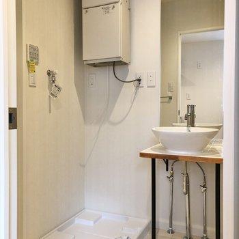洗面台の鏡は、天井へ届きそうなほど高さがあります。