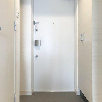 玄関もゆとりがあります。姿見もご用意してます。