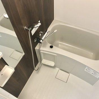 浴室乾燥機つきのお風呂。浴槽はちいさめです。