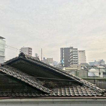 眺望はお隣の瓦屋根がズドンと。視線は気になりませんね。