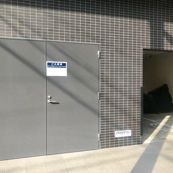 【共用部】こちらは入り口の左手。ゴミ置き場とバイク置き場です。