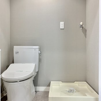 トイレは脱衣所にあります。洗濯機はその横にどうぞ。