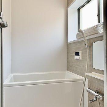 お風呂は換気窓も付いていますよ。
