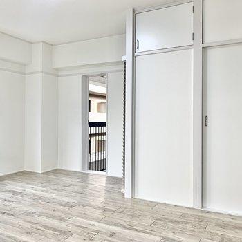 奥のドアは共用バルコニーに続いています。