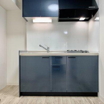 キッチンはブルーカラー。冷蔵庫は左手にどうぞ。
