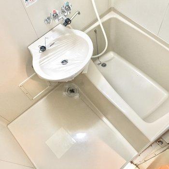 お風呂は洗面台とのユニット。