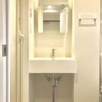サニタリーもシンプル、きれい。※写真は1階の同間取り別部屋のものです