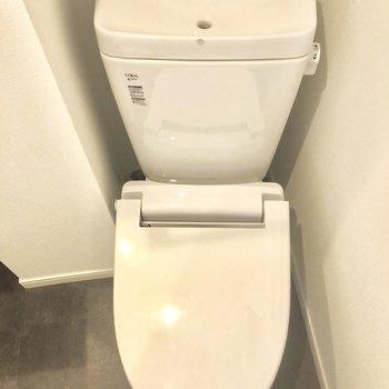 手洗い付き。※写真は1階の同間取り別部屋のものです