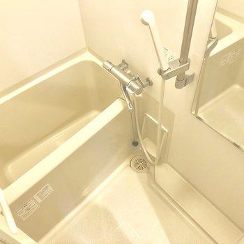 お風呂はコンパクトめ。※写真は1階の同間取り別部屋のものです