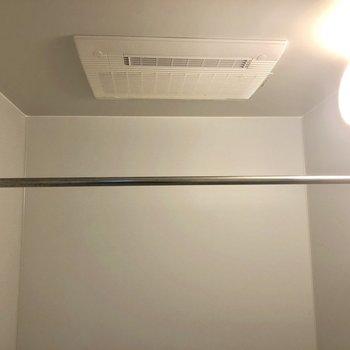 浴室乾燥で雨の日の洗濯物も安心。※写真は1階の同間取り別部屋のものです