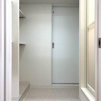 キッチン左手ドアからサニタリールームへ…!