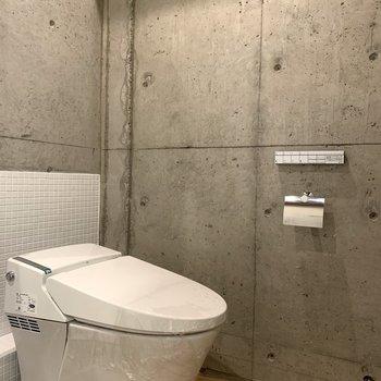タンクレストイレと壁つけリモコンもクール!
