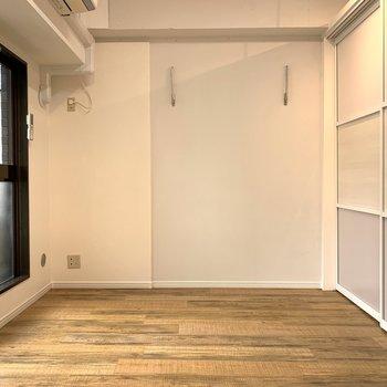 【洋室6.8帖】こもりたいとき、暖かくしたいときは扉をしめて。
