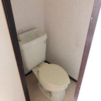 トイレはシンプルなので、マットやカバーで工夫を!(※写真は清掃前のものです)