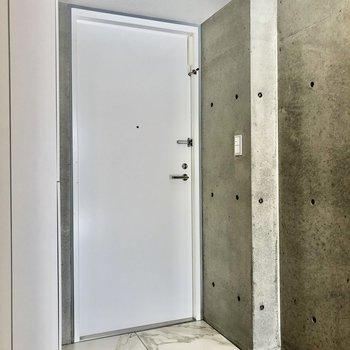 玄関はフラットなタイプです※写真は2階の同間取り別部屋のものです