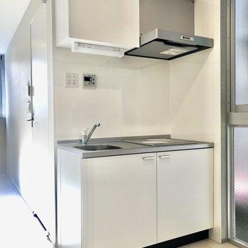 キッチンはシンプルに白色※写真は2階の同間取り別部屋のものです