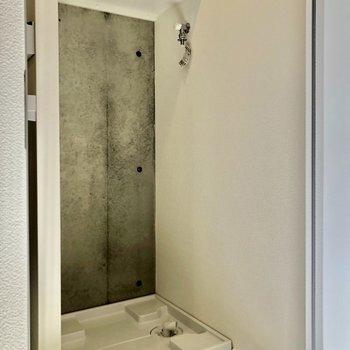 洗濯機置き場の上には洗剤などを置けますね※写真は2階の同間取り別部屋のものです