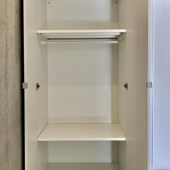 収納の棚は場所を変えたり、取り外したりできますよ※写真は2階の同間取り別部屋のものです