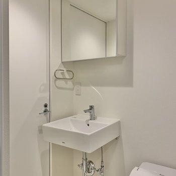 シンプルな洗面台。※写真は2階の同間取り別部屋のものです
