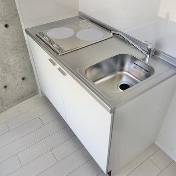 キッチン横に冷蔵庫が置けます。※写真は2階の同間取り別部屋のものです