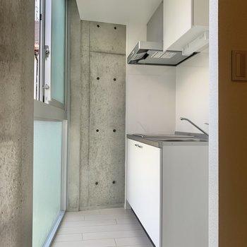 キッチンスペースです。※写真は2階の同間取り別部屋のものです
