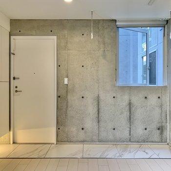 コンクリート打ちっ放し空間。※写真は2階の同間取り別部屋のものです