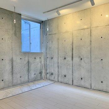 見渡す限りコンクリート。※写真は2階の同間取り別部屋のものです
