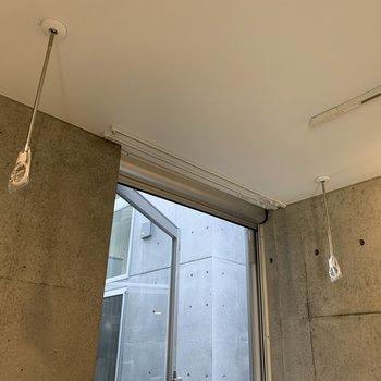 窓の前には物干し受けがあります。※写真は2階の同間取り別部屋のものです