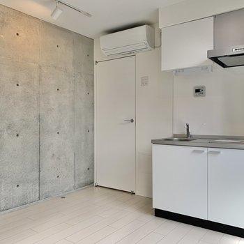 キッチン横に冷蔵庫が置けるスペースがあります。