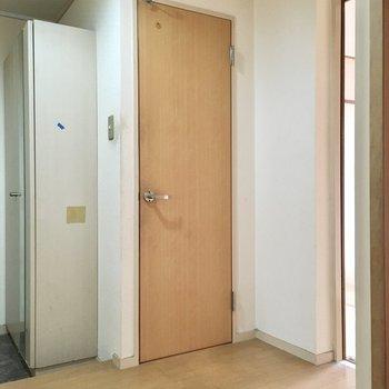 玄関横のこちらのドアは?(※写真は清掃前のものです)