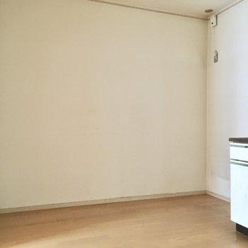 キッチン横に大きなサイズの冷蔵庫を置いて。(※写真は清掃前のものです)