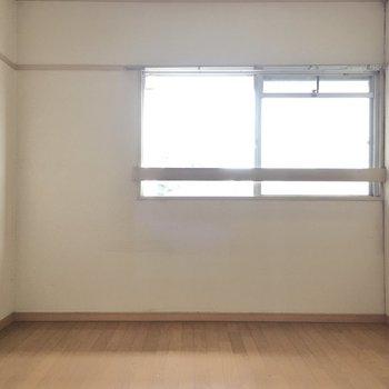 こちらは玄関側洋室6帖。(※写真は清掃前のものです)