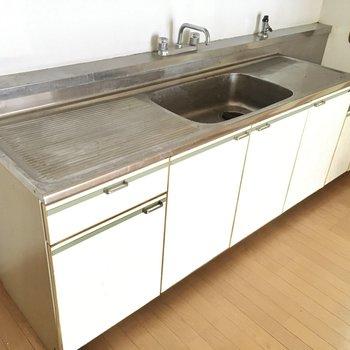 大きなキッチンです。2口コンロ以上持ち込めます。(※写真は清掃前のものです)