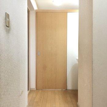 突き当りのドアを開けると・・・?(※写真は清掃前のものです)