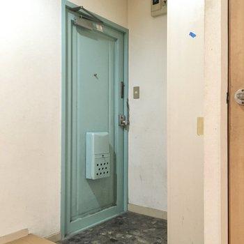 玄関は広めになっています。お掃除もしやすそう。(※写真は清掃前のものです)