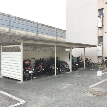 自転車置き場は屋根付き!雨もしっかり防げそう。