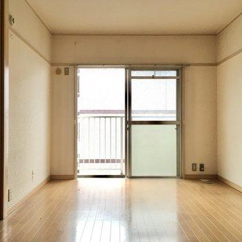 こちらはバルコニー側洋室6帖。リビングにちょうど良いサイズ感。(※写真は清掃前のものです)