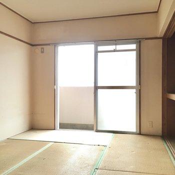 こちらは和室6畳。優しい光が差し込みます。(※写真は清掃前のものです)