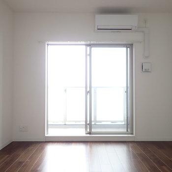 鉄脚の家具が似合いそう(※写真は13階の同間取り別部屋のものです)