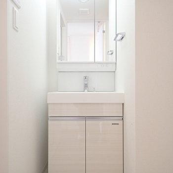 洗面台はすっぽりと。(※写真は13階の同間取り別部屋のものです)
