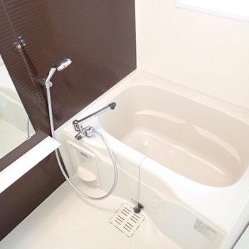 お風呂にも窓があるので湿気対策!(※写真は13階の同間取り別部屋のものです)