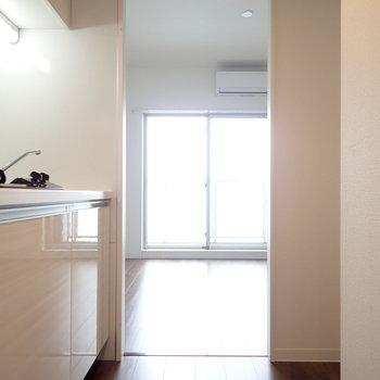 冷蔵庫はキッチンのうしろに。(※写真は13階の同間取り別部屋のものです)