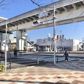 駅の周辺は道幅が広いです。