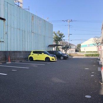 行き帰りには駐車場を通ります。
