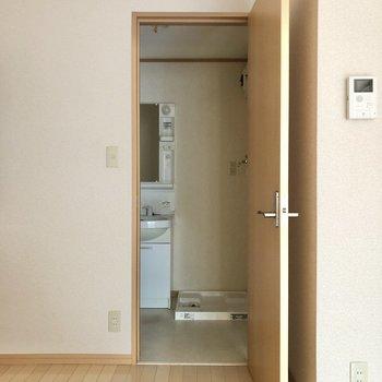扉を開けて洗面所へ。