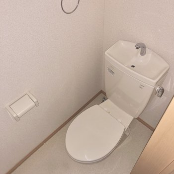 トイレ上部には収納棚が備え付き。