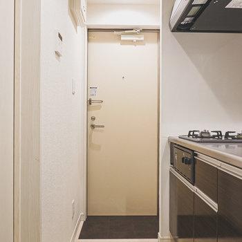 脱衣所を出て、キッチンを抜けた正面には玄関。