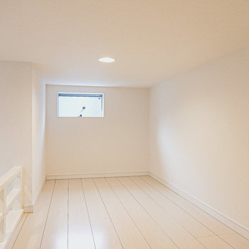 ロフトにしては約4.5帖と広々!小窓のある方は布団を置いて寝室に。